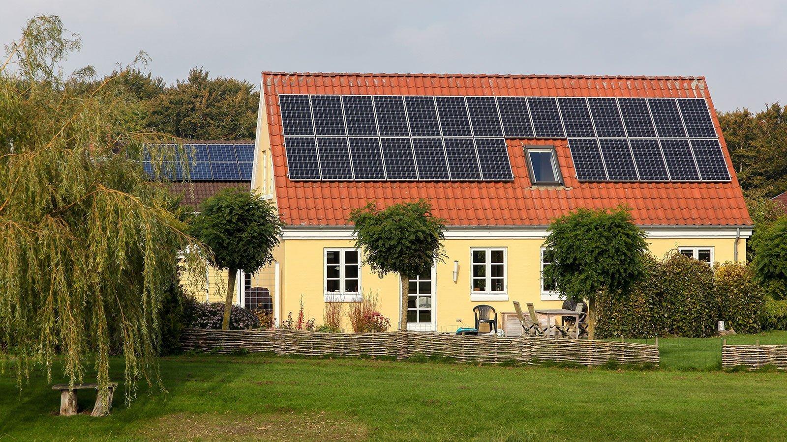 Solvarmeanlæg på hus. Foto: Colourbox.