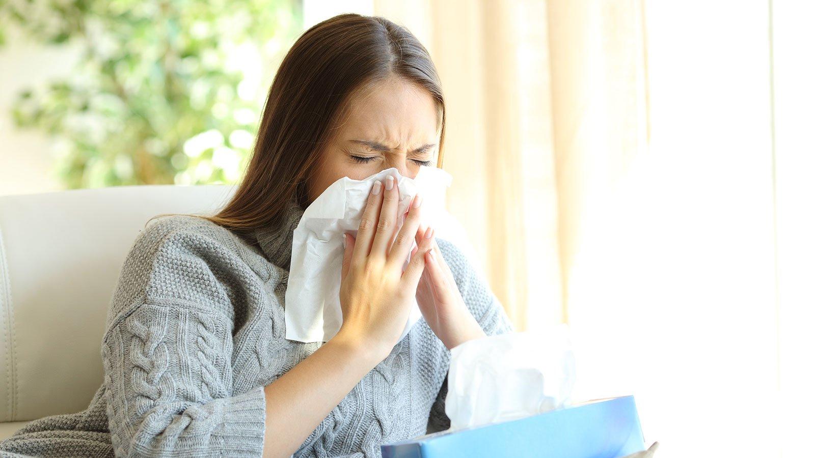 Når du pudser næse, ser du ikke alt det snot, kroppen producerer i løbet af et døgn. Du sluger nemlig det meste af det. Foto: Colourbox.