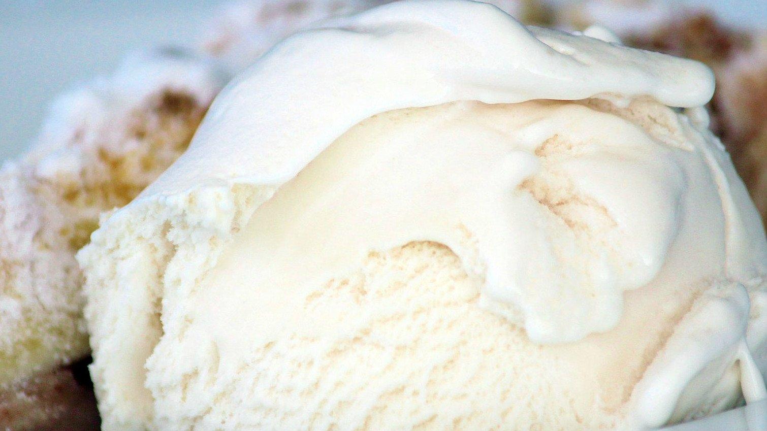 Få opskrift og fremgangsmåde til at lave is uden ismaskine på fem minutter her.