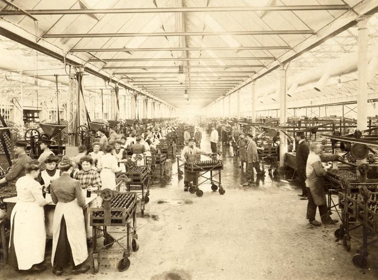 Et mylder indenfor. Sådan så der i 1902 ud i den bygning, der senere bliver til Experimentarium. Her foregår arbejdet med håndkraft, og man kunne fremstille 2.000 øl i timen. Det var meget effektivt på den tid.