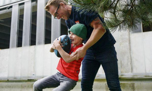 Gad vide om sønnen skal dyrke rugby?
